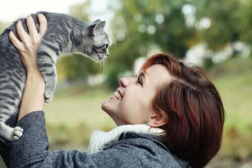 Ragazza felice con il suo gatto