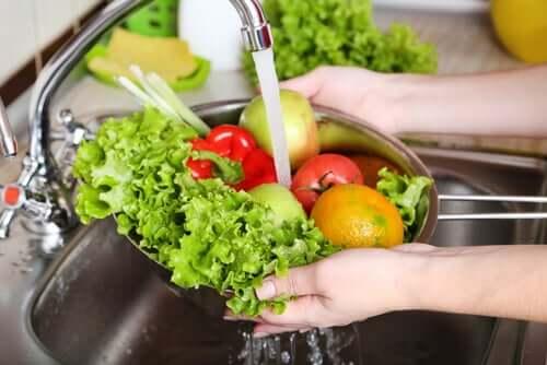 donna lava la verdura per eliminare il rischio di escherichia coli