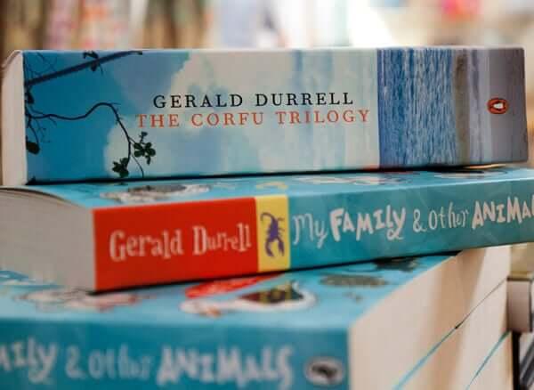 Trilogia corfù: pila di libri