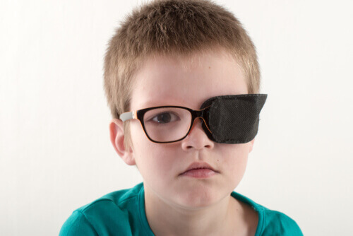 Bambino con benda sull'occhio