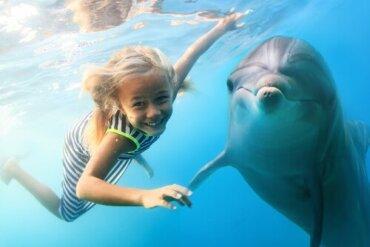 La delfinoterapia: i benefici per i bambini