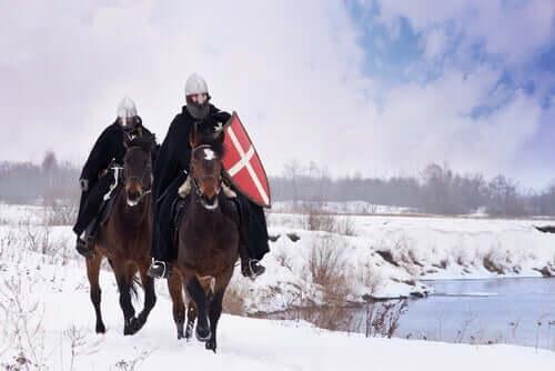 Cavalieri medioevali sopra i loro cavalli.