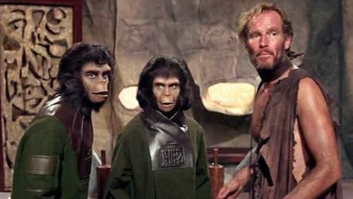 Charlton Heston e due attori che impersonano le scimmie.