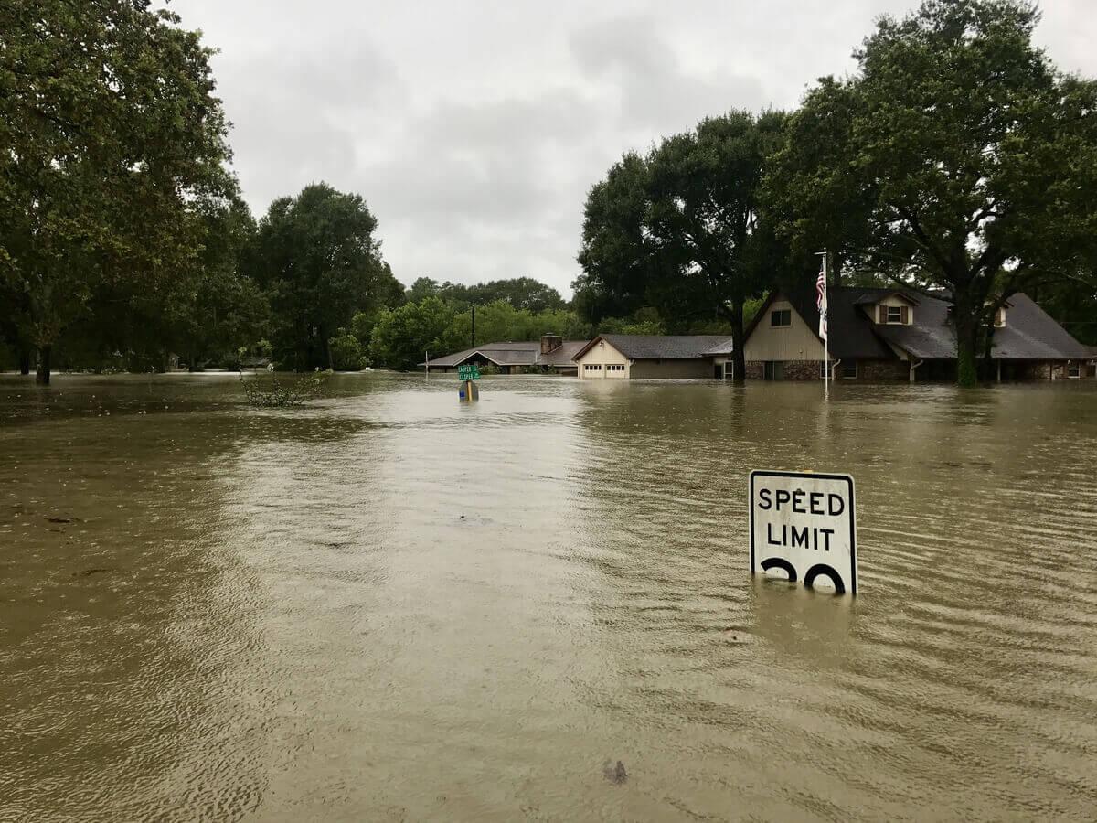 Una strada allagata dopo un'alluvione.