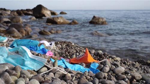 Una spiaggia inquinata.