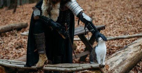 Cavaliere che accarezza un gatto.