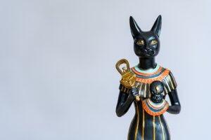Statuetta di dea egizia con testa di gatto.