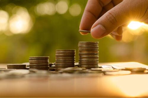Uomo che conta delle monete.